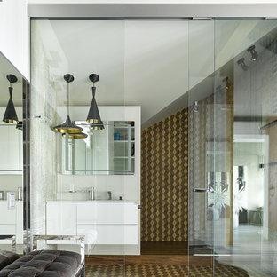 Новые идеи обустройства дома: ванная комната в современном стиле с плоскими фасадами, белыми фасадами, коричневой плиткой и душем с раздвижными дверями