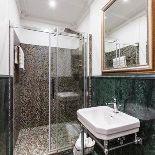 Стильный дизайн: ванная комната в современном стиле с зеленой плиткой, коричневой плиткой, душевой кабиной, консольной раковиной и зеленым полом - последний тренд