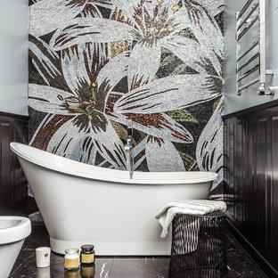 Стильный дизайн: главная ванная комната в современном стиле с отдельно стоящей ванной, разноцветной плиткой и черным полом - последний тренд