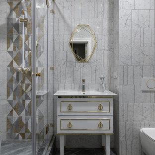 Идея дизайна: ванная комната в стиле современная классика с плоскими фасадами, белыми фасадами, угловым душем, инсталляцией, бежевой плиткой, белой плиткой, серой плиткой, душевой кабиной и серым полом