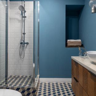 На фото: ванная комната в стиле ретро с плоскими фасадами, темными деревянными фасадами, синими стенами, душевой кабиной, настольной раковиной, белой столешницей, нишей и тумбой под одну раковину с