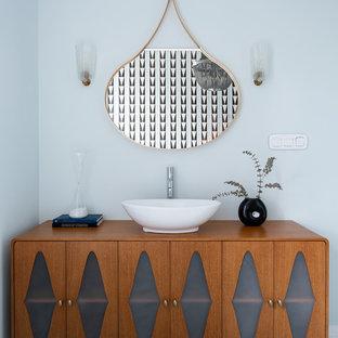 Свежая идея для дизайна: ванная комната в стиле ретро с стеклянными фасадами, фасадами цвета дерева среднего тона, настольной раковиной, коричневой столешницей, тумбой под одну раковину и напольной тумбой - отличное фото интерьера