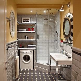 Modelo de cuarto de baño con ducha, contemporáneo, con armarios abiertos, ducha esquinera, baldosas y/o azulejos blancos, baldosas y/o azulejos de cemento, paredes amarillas, lavabo tipo consola y ducha con puerta con bisagras