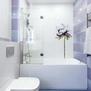 Idéer för ett modernt en-suite badrum, med ett badkar i en alkov, en vägghängd toalettstol och lila golv