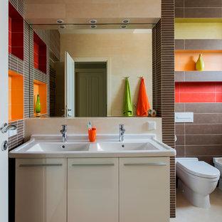 Свежая идея для дизайна: детская ванная комната в современном стиле с плоскими фасадами, белыми фасадами, биде, коричневой плиткой, разноцветной плиткой и раковиной с несколькими смесителями - отличное фото интерьера