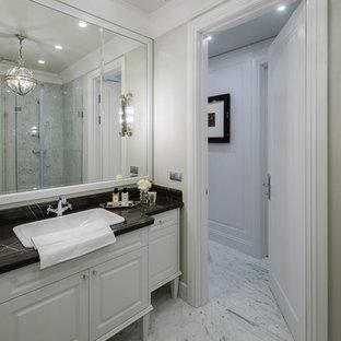 Неиссякаемый источник вдохновения для домашнего уюта: ванная комната в стиле современная классика с фасадами с выступающей филенкой, белыми фасадами, белыми стенами, накладной раковиной, белым полом и черной столешницей
