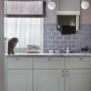 Пример оригинального дизайна: ванная комната в стиле современная классика с белыми фасадами, бежевыми стенами, врезной раковиной и серой столешницей