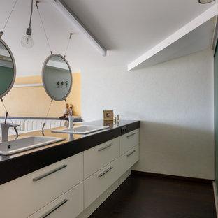 Свежая идея для дизайна: ванная комната в современном стиле с плоскими фасадами, белыми фасадами, белыми стенами, душевой кабиной, накладной раковиной и черной столешницей - отличное фото интерьера