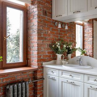 На фото: ванная комната в классическом стиле с фасадами с утопленной филенкой, белыми фасадами, накладной раковиной и белой столешницей с