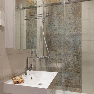 Новый формат декора квартиры: ванная комната среднего размера в современном стиле с плоскими фасадами, белыми фасадами, душем в нише, бежевой плиткой, разноцветной плиткой, керамогранитной плиткой, душевой кабиной, душем с раздвижными дверями, монолитной раковиной и белой столешницей
