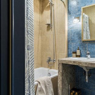 Неиссякаемый источник вдохновения для домашнего уюта: главная ванная комната в современном стиле с ванной в нише, душем над ванной, синей плиткой, бежевой плиткой, накладной раковиной, синим полом и шторкой для ванной