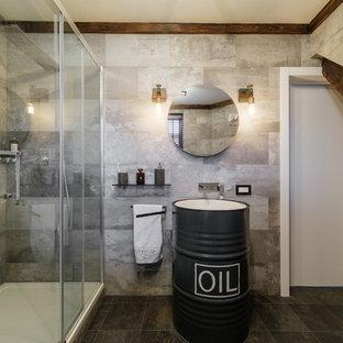 На фото: ванная комната среднего размера в стиле лофт с плоскими фасадами, черными фасадами, душем в нише, инсталляцией, серой плиткой, керамогранитной плиткой, серыми стенами, полом из керамогранита, душевой кабиной, накладной раковиной, серым полом и душем с раздвижными дверями