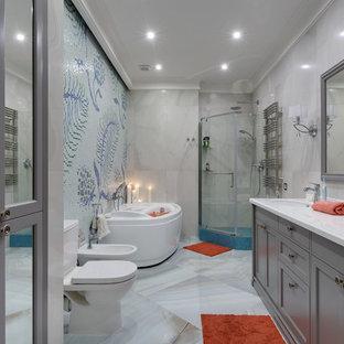 На фото: главная ванная комната в современном стиле с фасадами с утопленной филенкой, серыми фасадами, угловым душем, раздельным унитазом, синей плиткой, серой плиткой, плиткой мозаикой, врезной раковиной и душем с распашными дверями с