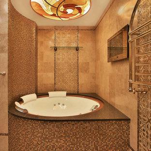 モスクワのトラディショナルスタイルのおしゃれなマスターバスルーム (レイズドパネル扉のキャビネット、ベージュのキャビネット、一体型トイレ、モザイクタイル、マルチカラーの壁、モザイクタイル、アンダーカウンター洗面器、茶色い床、白い洗面カウンター) の写真