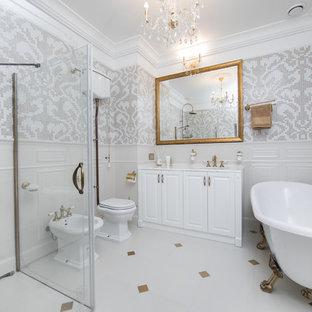 На фото: ванные комнаты в классическом стиле с фасадами с выступающей филенкой, белыми фасадами, ванной на ножках, душем без бортиков, унитазом-моноблоком, бежевой плиткой, белой плиткой, плиткой мозаикой, белыми стенами, душевой кабиной, врезной раковиной, белым полом, душем с распашными дверями и белой столешницей