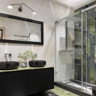 Неиссякаемый источник вдохновения для домашнего уюта: большая ванная комната в современном стиле с плоскими фасадами, черными фасадами, душем в нише, бежевой плиткой, керамогранитной плиткой, душевой кабиной, настольной раковиной, разноцветным полом, душем с распашными дверями, зеленой столешницей, тумбой под две раковины и подвесной тумбой