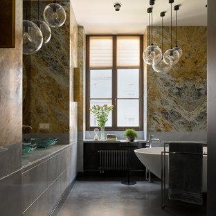 Пример оригинального дизайна: большая главная ванная комната в современном стиле с плоскими фасадами, серыми фасадами, отдельно стоящей ванной, серой плиткой, разноцветной плиткой, желтой плиткой, керамогранитной плиткой, настольной раковиной, серым полом, серой столешницей и тумбой под две раковины