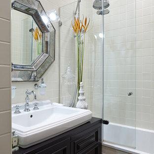 Источник вдохновения для домашнего уюта: главная ванная комната в стиле современная классика с черными фасадами, ванной в нише, душем над ванной, бежевой плиткой, настольной раковиной и черной столешницей