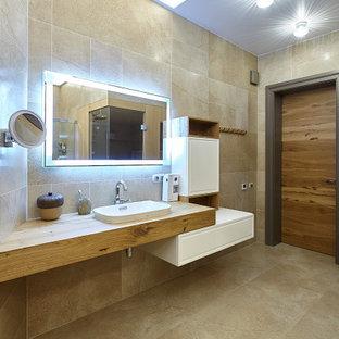 Свежая идея для дизайна: большая ванная комната в современном стиле с угловым душем, бежевой плиткой, керамогранитной плиткой, полом из керамогранита, душевой кабиной, врезной раковиной, столешницей из дерева, бежевым полом, душем с распашными дверями и бежевой столешницей - отличное фото интерьера