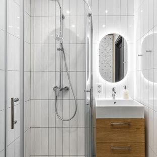 Imagen de cuarto de baño con ducha, nórdico, con armarios con paneles lisos, puertas de armario de madera oscura, ducha esquinera, suelo de terrazo, suelo gris y ducha con puerta corredera