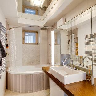 Свежая идея для дизайна: главная ванная комната среднего размера в современном стиле с бежевыми фасадами, бежевой плиткой, керамической плиткой, бежевыми стенами, полом из керамогранита, столешницей из дерева, бежевым полом, шторкой для душа, накладной ванной, душем над ванной и настольной раковиной - отличное фото интерьера