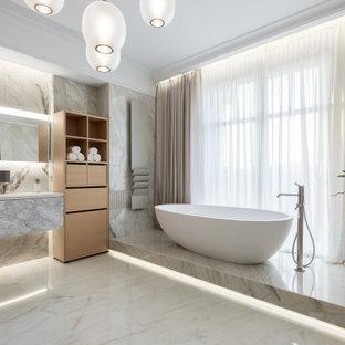 На фото: большая главная ванная комната в современном стиле с плоскими фасадами, серыми фасадами, отдельно стоящей ванной, серой плиткой, серым полом и белой столешницей