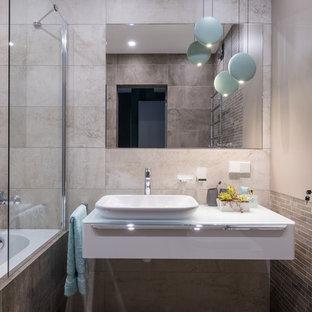 На фото: главные ванные комнаты в современном стиле с плоскими фасадами, белыми фасадами, душем над ванной, бежевой плиткой и белой столешницей