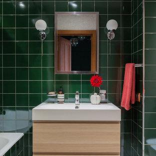 Свежая идея для дизайна: главная ванная комната в современном стиле с плоскими фасадами, светлыми деревянными фасадами, ванной в нише, душем над ванной, зеленой плиткой, накладной раковиной, серым полом, шторкой для ванной и зелеными стенами - отличное фото интерьера
