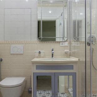 Свежая идея для дизайна: ванная комната в стиле современная классика с фасадами с утопленной филенкой, душем в нише, инсталляцией, бежевой плиткой, белой плиткой, плиткой кабанчик, разноцветными стенами, душевой кабиной, врезной раковиной, разноцветным полом, душем с раздвижными дверями и бежевой столешницей - отличное фото интерьера
