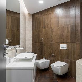 Неиссякаемый источник вдохновения для домашнего уюта: главная ванная комната в современном стиле с плоскими фасадами, белыми фасадами, биде, бежевой плиткой, коричневой плиткой, настольной раковиной, коричневым полом и белой столешницей
