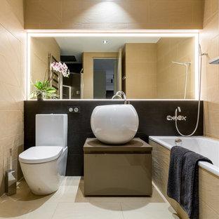 Свежая идея для дизайна: ванная комната среднего размера в современном стиле с плоскими фасадами, черной плиткой, бежевой плиткой, керамогранитной плиткой, полом из керамогранита, душевой кабиной, настольной раковиной, столешницей из искусственного камня, серыми фасадами, ванной в нише и раздельным унитазом - отличное фото интерьера