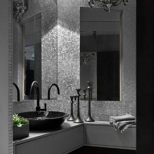 Идея дизайна: ванная комната в современном стиле с плоскими фасадами, настольной раковиной, серыми фасадами, серой плиткой, плиткой мозаикой и серой столешницей