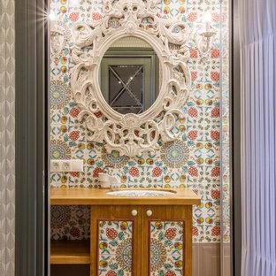 Идея дизайна: ванная комната в стиле фьюжн с фасадами цвета дерева среднего тона, душем в нише, разноцветной плиткой, паркетным полом среднего тона, душевой кабиной и врезной раковиной