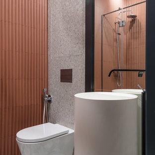 Свежая идея для дизайна: ванная комната в стиле фьюжн с инсталляцией, серой плиткой, душевой кабиной, монолитной раковиной и разноцветным полом - отличное фото интерьера