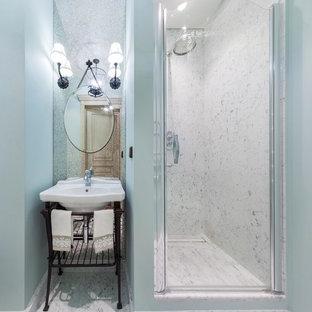 Imagen de cuarto de baño con ducha, clásico, con ducha empotrada, baldosas y/o azulejos blancos, baldosas y/o azulejos de piedra, paredes azules, suelo de mármol, lavabo tipo consola y ducha con puerta con bisagras