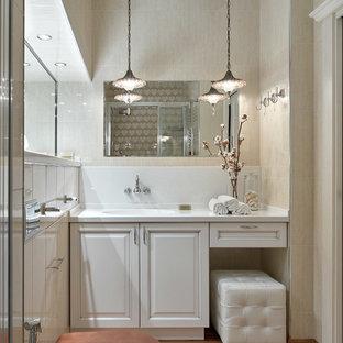 Стильный дизайн: ванная комната в стиле современная классика с фасадами с выступающей филенкой, белыми фасадами, раздельным унитазом, бежевой плиткой, душевой кабиной, монолитной раковиной и коричневым полом - последний тренд