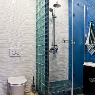 Новые идеи обустройства дома: ванная комната среднего размера в современном стиле с плоскими фасадами, черными фасадами, инсталляцией, керамической плиткой, полом из керамической плитки, душем в нише, синей плиткой, белой плиткой и душем с распашными дверями