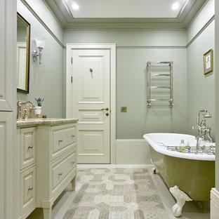 Идея дизайна: главная ванная комната в классическом стиле с белыми фасадами, ванной на ножках, зелеными стенами и врезной раковиной