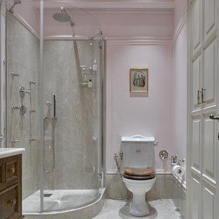 Пример оригинального дизайна интерьера: ванная комната в классическом стиле с темными деревянными фасадами, угловым душем, раздельным унитазом, серой плиткой, розовыми стенами, душевой кабиной и душем с распашными дверями