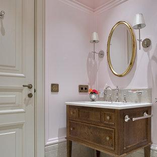 Создайте стильный интерьер: ванная комната в классическом стиле с фасадами с утопленной филенкой, темными деревянными фасадами и врезной раковиной - последний тренд