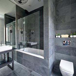 Источник вдохновения для домашнего уюта: главная ванная комната в современном стиле с ванной в нише, душем над ванной, серой плиткой, настольной раковиной и черной столешницей