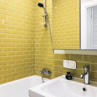 Idee per una piccola stanza da bagno padronale scandinava con ante lisce, ante bianche, vasca sottopiano, WC a due pezzi, pareti bianche e lavabo sospeso