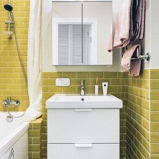 Foto di una piccola stanza da bagno padronale nordica con ante lisce, ante bianche, vasca sottopiano, WC a due pezzi, pareti bianche e lavabo sospeso