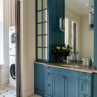 Идея дизайна: большая ванная комната в классическом стиле с синими фасадами, белой плиткой, плиткой кабанчик, бежевыми стенами, полом из керамической плитки, врезной раковиной, столешницей из кварцита, белым полом, фасадами с утопленной филенкой и бежевой столешницей