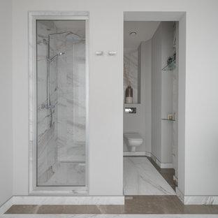 Идея дизайна: ванная комната в современном стиле с душем в нише, инсталляцией, душевой кабиной, разноцветной плиткой, плиткой из листового камня, серыми стенами и разноцветным полом