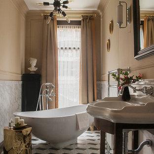 Неиссякаемый источник вдохновения для домашнего уюта: главная ванная комната в стиле современная классика с отдельно стоящей ванной, серой плиткой, бежевыми стенами, консольной раковиной и разноцветным полом