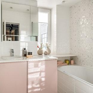 Идея дизайна: ванная комната в современном стиле с плоскими фасадами, ванной в нише, белой плиткой, накладной раковиной, коричневым полом и белой столешницей