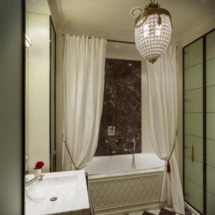 Свежая идея для дизайна: ванная комната в стиле современная классика с ванной в нише, консольной раковиной и коричневой плиткой - отличное фото интерьера