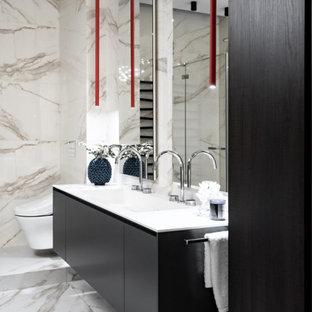 Свежая идея для дизайна: главная ванная комната среднего размера в современном стиле с плоскими фасадами, черными фасадами, ванной в нише, открытым душем, унитазом-моноблоком, бежевой плиткой, керамической плиткой, бежевыми стенами, полом из керамической плитки, раковиной с несколькими смесителями, столешницей из искусственного камня, бежевым полом, душем с распашными дверями, белой столешницей, унитазом, тумбой под две раковины и подвесной тумбой - отличное фото интерьера