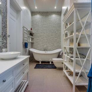 Свежая идея для дизайна: большая главная ванная комната в современном стиле с белыми фасадами, ванной на ножках, инсталляцией, белой плиткой, серой плиткой, настольной раковиной, фасадами с выступающей филенкой, керамогранитной плиткой, серыми стенами, полом из керамогранита, столешницей из дерева и серым полом - отличное фото интерьера